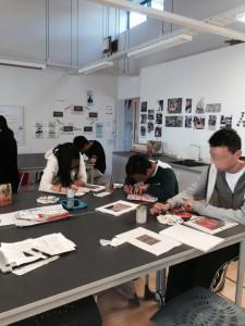 美術クラスで着物の柄を描く生徒たち